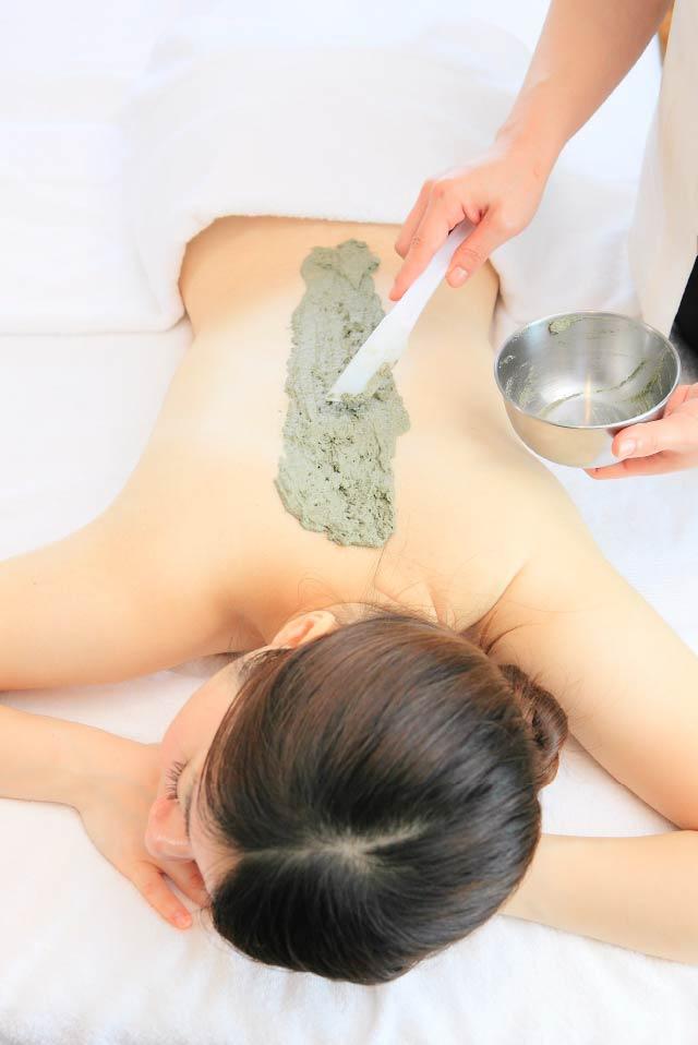 タラソテラピーとは、海藻エキスと海水のミネラルをたっぷりと含んだ海洋療法で、肌がふっくら潤う