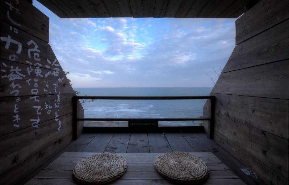 宿泊者は自由に利用可能な「瞑想室」。海を眺め、波の音を聞いているだけで気持ちが静まり、思考がクリアになっていく