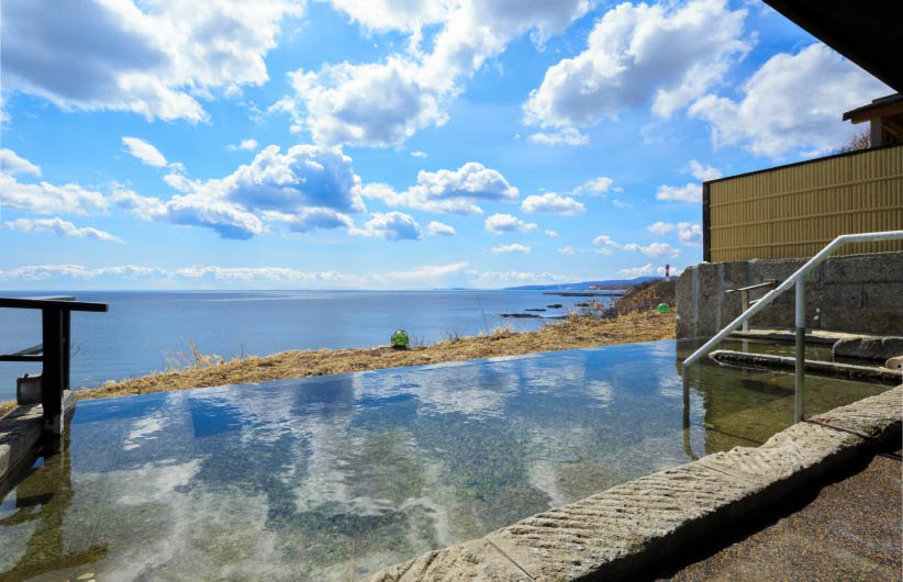 無色透明でとろみのある泉質の美人の湯。天気の良い時は、室蘭まで一望できる