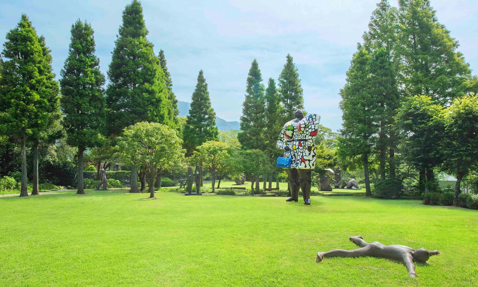 彫刻、ガラス細工、洋画、日本画など、多彩なアートとの遭遇に心ときめく