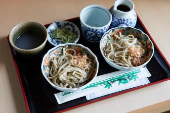 海の幸やお米など、おいしい食材が食卓に並ぶ