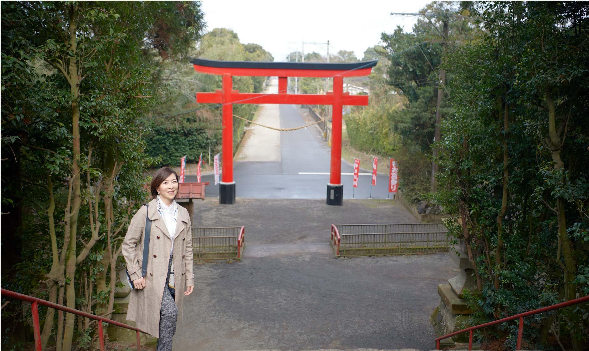 肝付町の町を歩く真矢ミキさん