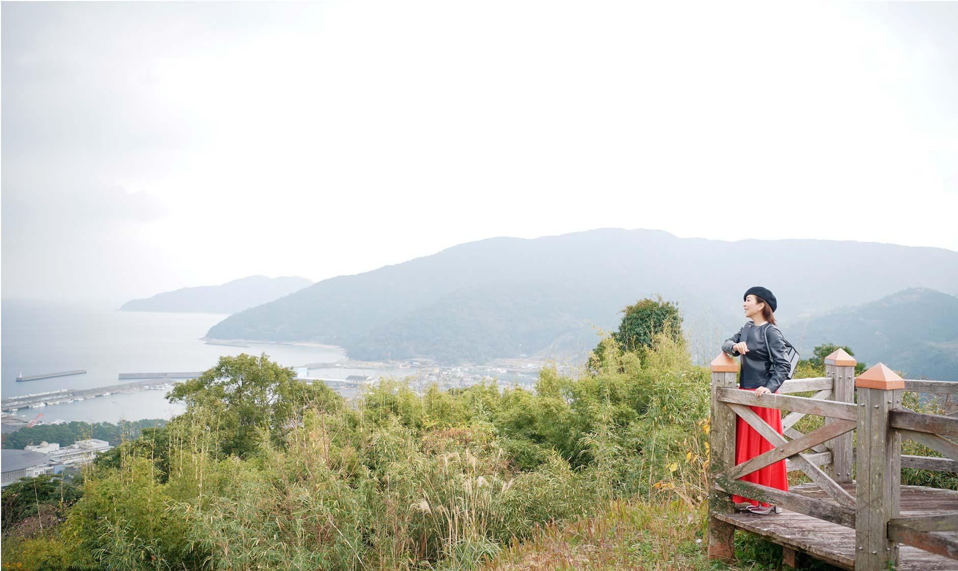 叶岳ふれあいの森展望ボードウォークから町を見渡す真矢ミキさん