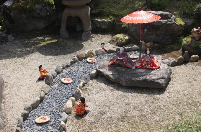 館内の庭園では、流しびなが流される様子をイメージした展示がされている